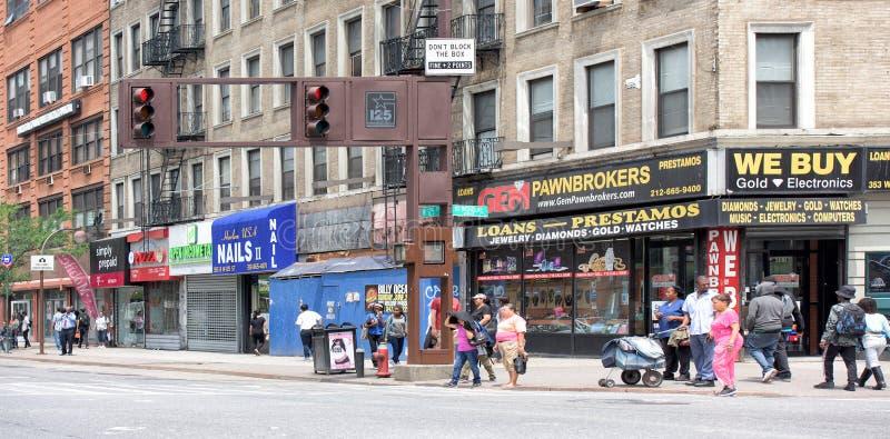 NEW YORK USA - JUNI 15, 2015 - folk som går i Harlem på vardag arkivfoton