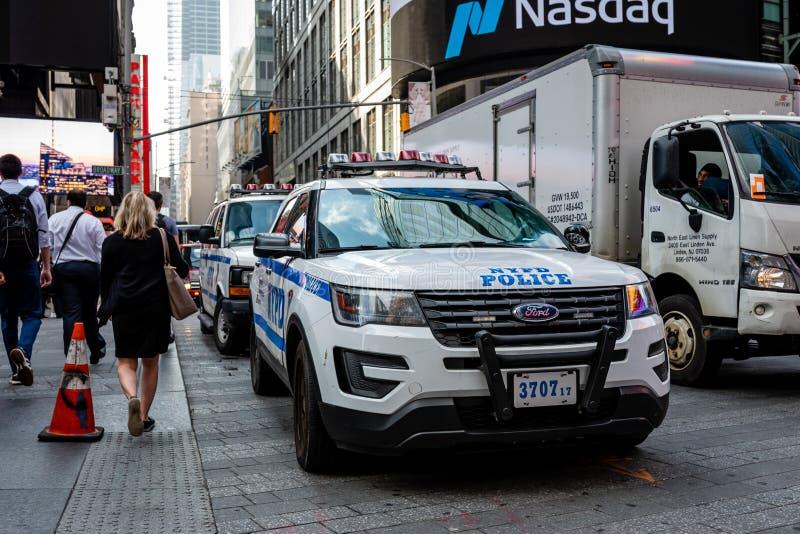 New York USA - Juni 6, 2019: NYPD-polisbilen parkerade i Mitt--staden Manhattan - bild arkivfoto