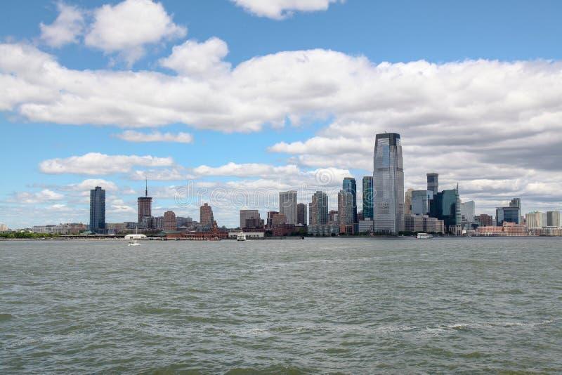 New York USA-Juni 15, 2018: Se p? segelb?ten kryssar omkring i New York hamnbyggnader av den Manhattan ?n i bakgrunden fotografering för bildbyråer