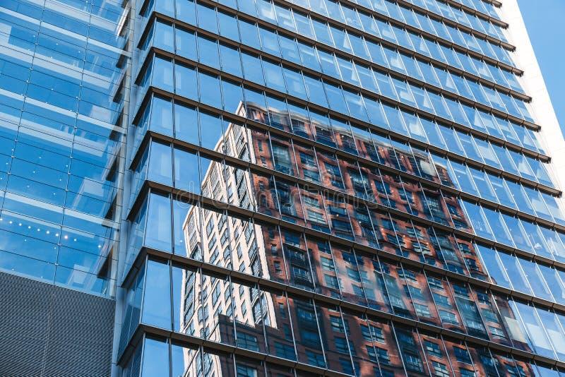 NEW YORK USA - JUNI 22, 2017: Stäng sig upp detaljen av byggnadsyttersida med reflexionen, midtownen Manhattan, New York City, fö arkivbilder