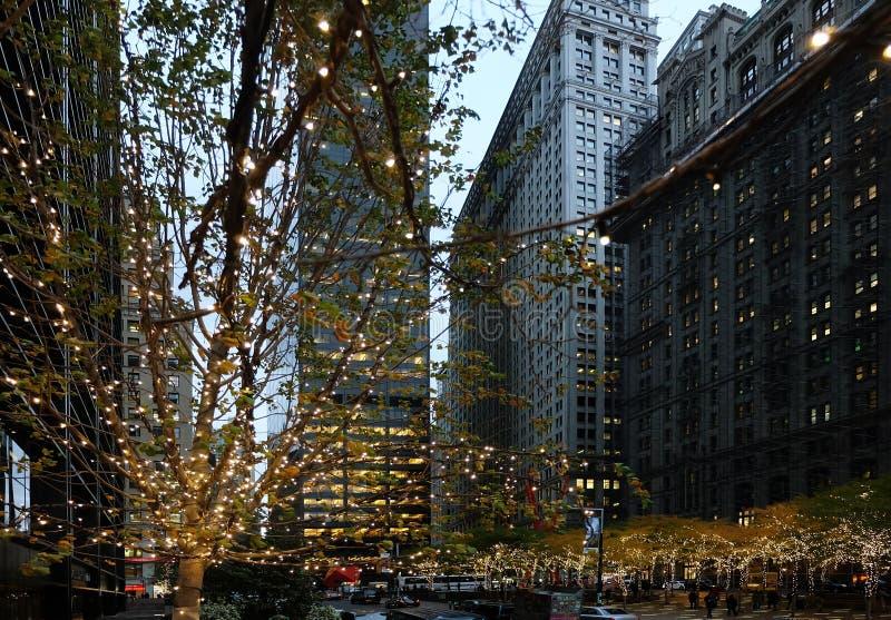 NEW YORK, USA - LISTOPAD 15, 2017: Nastrój świąteczny na ulicach Światła i dekoracje na obchody Nowego Roku zdjęcia royalty free