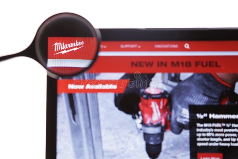 New York, USA - 25. M?rz 2019: Illustrativer Leitartikel der Website Milwaukee-Logos sichtbar auf Bildschirm milwaukee lizenzfreie stockbilder