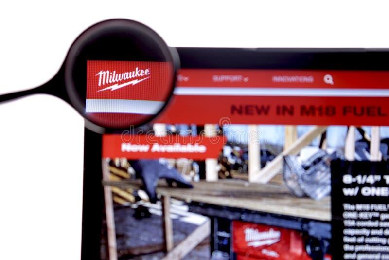 New York, USA - 25. M?rz 2019: Illustrativer Leitartikel der Website Milwaukee-Logos sichtbar auf Bildschirm milwaukee stockfotos