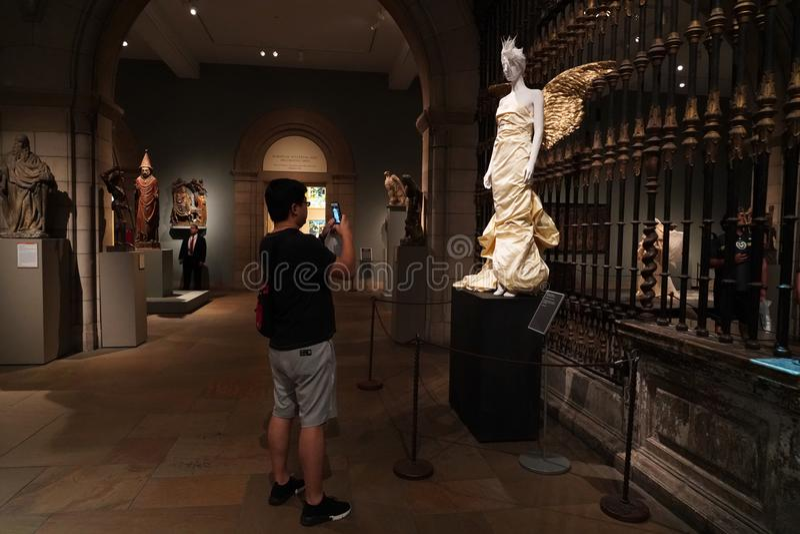 NEW YORK, USA - 27. Mai 2018 - himmlische Körper: Arbeiten Sie und die katholische Fantasie an Met Museum um stockfotos