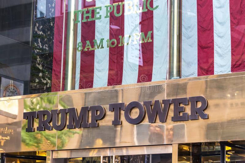 NEW YORK, USA - 15. MAI 2019: Niedriger Winkel der Goldfassade des Trumpf-Turms, das Wolkenkratzerhaus zur Trumpf-Organisation lizenzfreies stockfoto