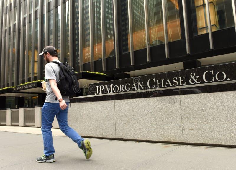 New York USA - Maj 26, 2018: Ett manpasserande nära JPMorgan jakt & C fotografering för bildbyråer