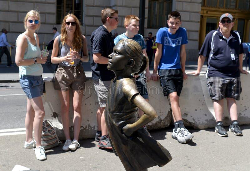 New York USA - Maj 2018: Folk nära den laddande tjurskulpturen i New York arkivbilder