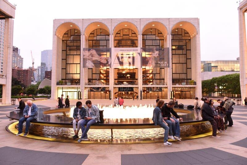 New York USA - Maj 29, 2018: Folk nära Metropolitan Opera arkivbilder