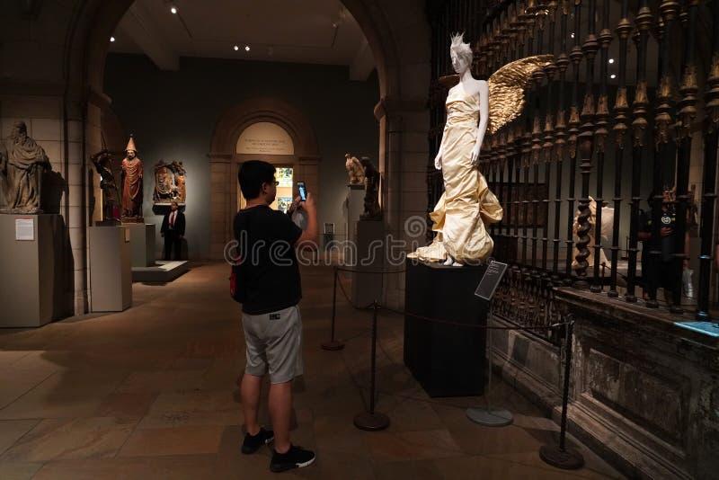NEW YORK USA - MAJ 27 2018 - himlakroppar: Dana och den katolska fantasin på Met museet arkivfoton