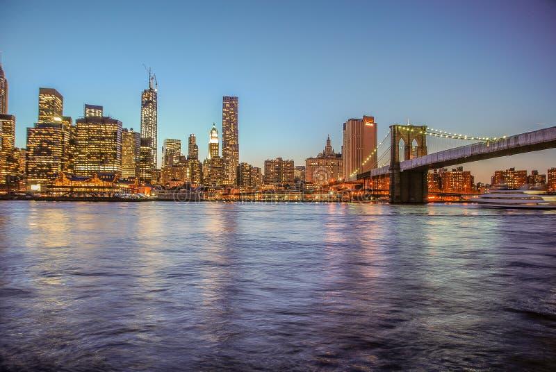 New York USA, Maj 3rd 2013 Trevlig sikt av horisonten av Manhattan på solnedgången, efter Brooklyn arkivfoto