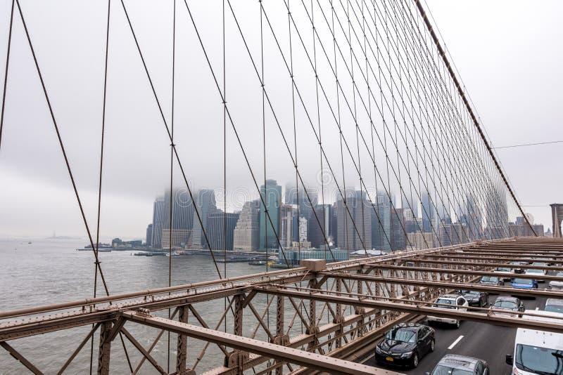 New York USA - mars 29, 2018: Folk som korsar den Brooklyn bron royaltyfria foton