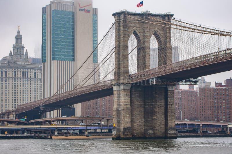 New York, USA - 29 mars 2018 : Les gens croisant le pont de Brooklyn image libre de droits