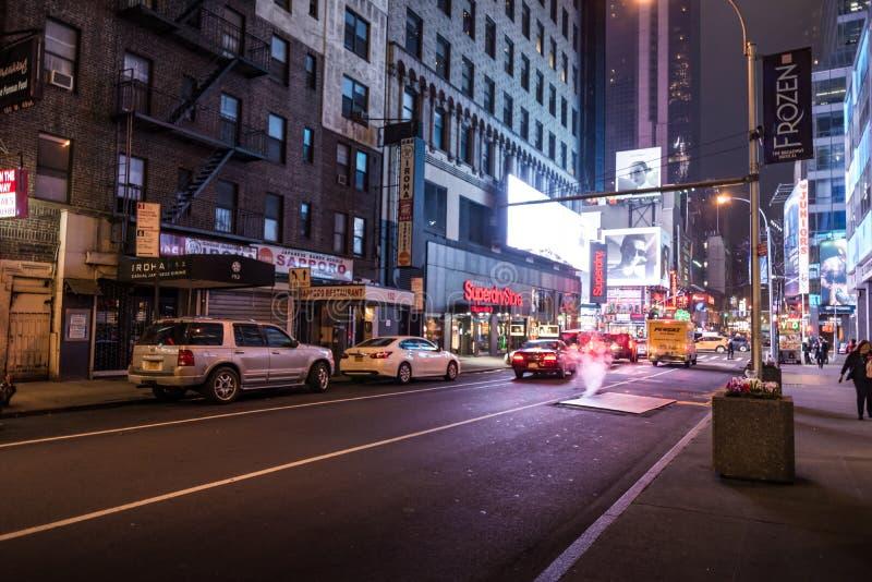 New York USA - mars 30, 2018: Sikt av en gata nära tider Squar fotografering för bildbyråer