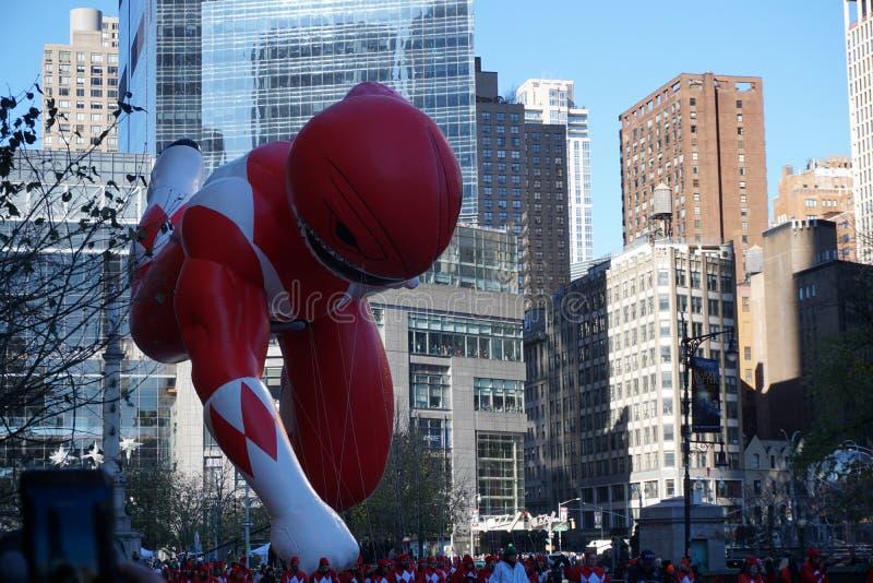 New York USA - November 2018: den årliga Macys tacksägelsedagen ståtar i New York City på baloon för November maktkommandosoldat arkivfoton
