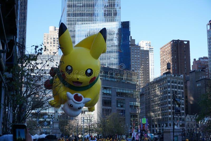 New York USA - November 2018: den årliga Macys tacksägelsedagen ståtar i New York City på baloon för November pokemonpikachu arkivbild