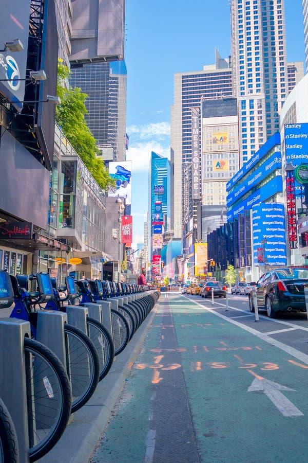 NEW YORK, USA - 22. NOVEMBER 2016: Fahren Sie Miete auf dem Times Square rad, das in Folge in der Straße in New York City USA, mi stockfotos
