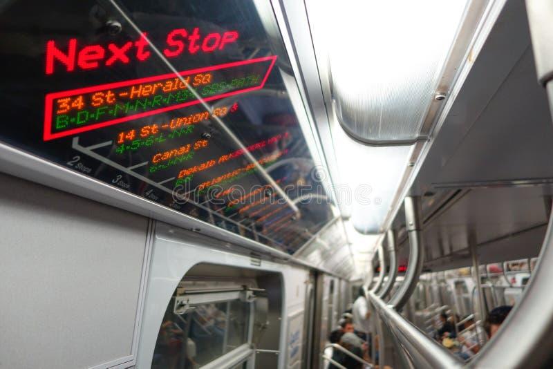 NEW YORK, USA - 22. NOVEMBER 2016: Informatives Zeichen des Zugs stoppt in der Times Square-Untergrundbahn in New York City USA lizenzfreies stockbild