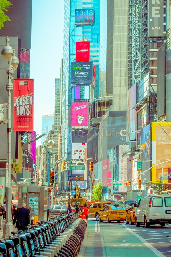NEW YORK USA - NOVEMBER 22, 2016: Times Square som presenteras med Broadway teatrar och animerat LETT tecken, är ett symbol av royaltyfri foto