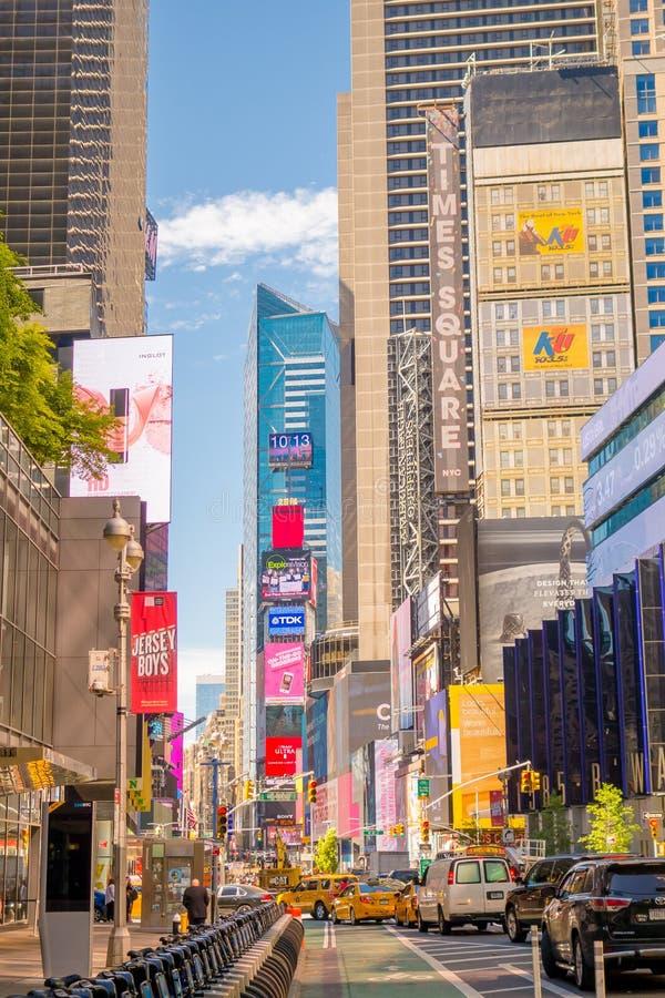 NEW YORK USA - NOVEMBER 22, 2016: Times Square som presenteras med Broadway teatrar och animerat LETT tecken, är ett symbol av royaltyfri fotografi