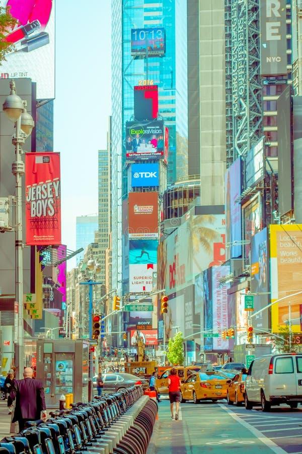 NEW YORK USA - NOVEMBER 22, 2016: Times Square som presenteras med Broadway teatrar och animerat LETT tecken, är ett symbol av arkivbilder