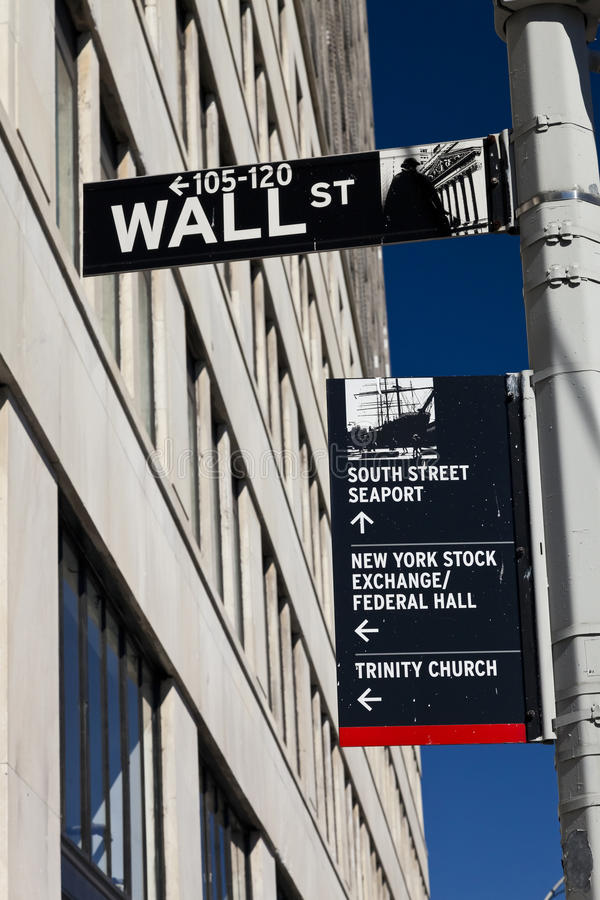 New York USA - Wall Street gatatecken på polen arkivbild