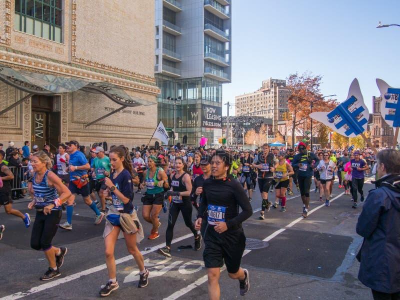 New York, Vereinigte Staaten - November, 4 - 2018 Menschen laufende Th stockfotografie