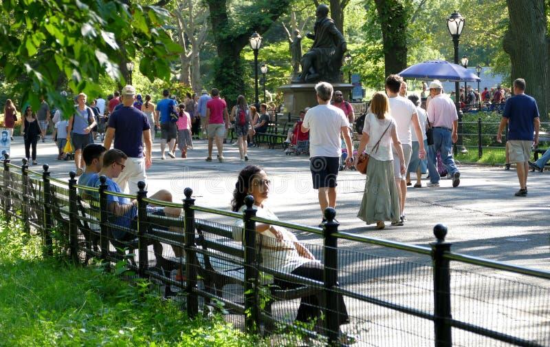 NEW YORK, VERENIGDE STATEN - AUGUSTUS vijfentwintigste, 2016: Mensen die in Central Park op een mooie de Zomerdag ontspannen in N royalty-vrije stock afbeelding