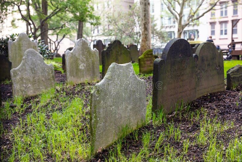 New York, vieilles pierres tombales dans un centre ville de cimetière de ville photo libre de droits