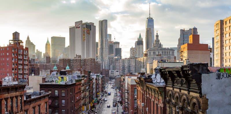 New York - vista panoramica delle costruzioni ammucchiate dell'orizzonte di Manhattan al tramonto fotografie stock