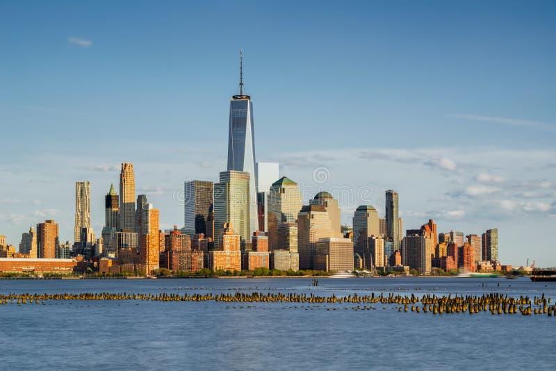 New- Yorkfinanzbezirks-Wolkenkratzer und Hudson River bei Sonnenuntergang stockbilder