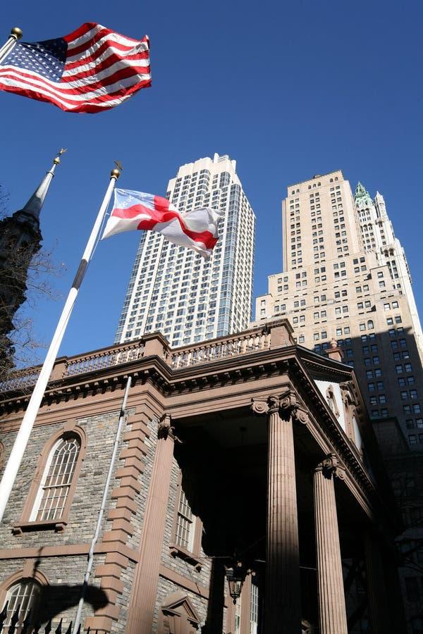New- Yorkkirche und Wolkenkratzer stockbild