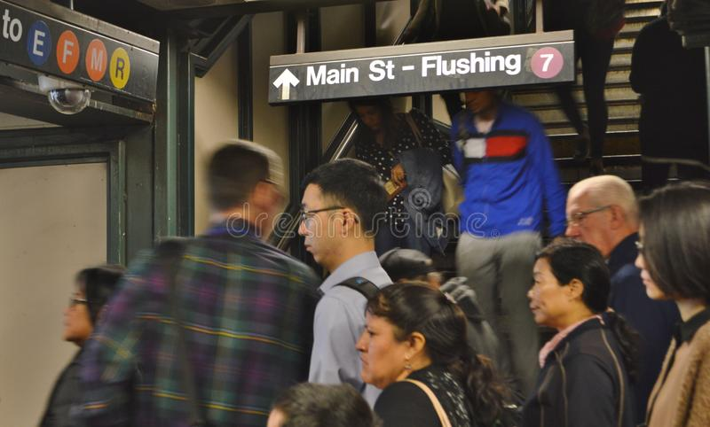 New- Yorkqueens, das U-Bahn-Zeichen-Queens NYC U-Bahnstations-Hauptverkehrszeit CoomuterFlushing New York MTA-Bahnstation spült stockbild