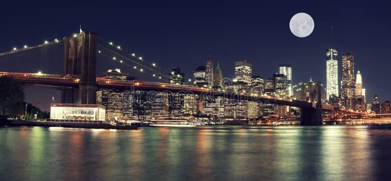 New- Yorkskyline nachts mit Mond stockfotografie