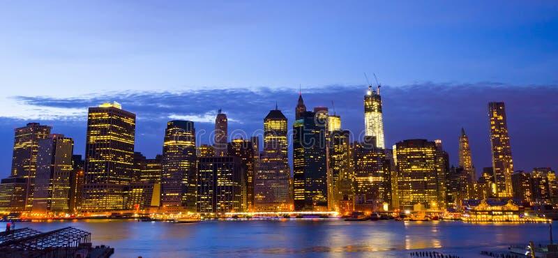 New- Yorkskyline und Liberty Statue nachts, NY, USA lizenzfreies stockbild
