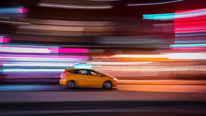 New- Yorktaxiunschärfe nachts stockfotografie