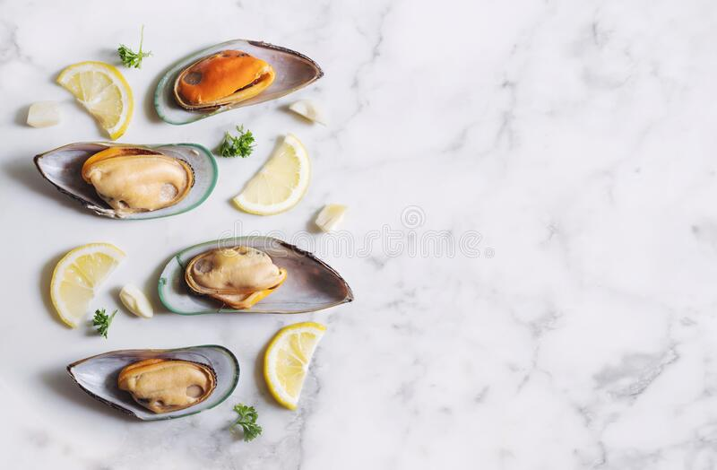 New Zealand Mussels with slices lemon, parsley and garlic royalty free stock photos