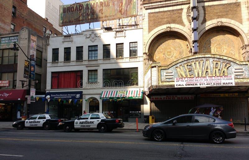 Newark do centro carros de polícia de New-jersey, Newark, famoso histórico do teatro de Paramount, Newark, NJ, EUA imagem de stock