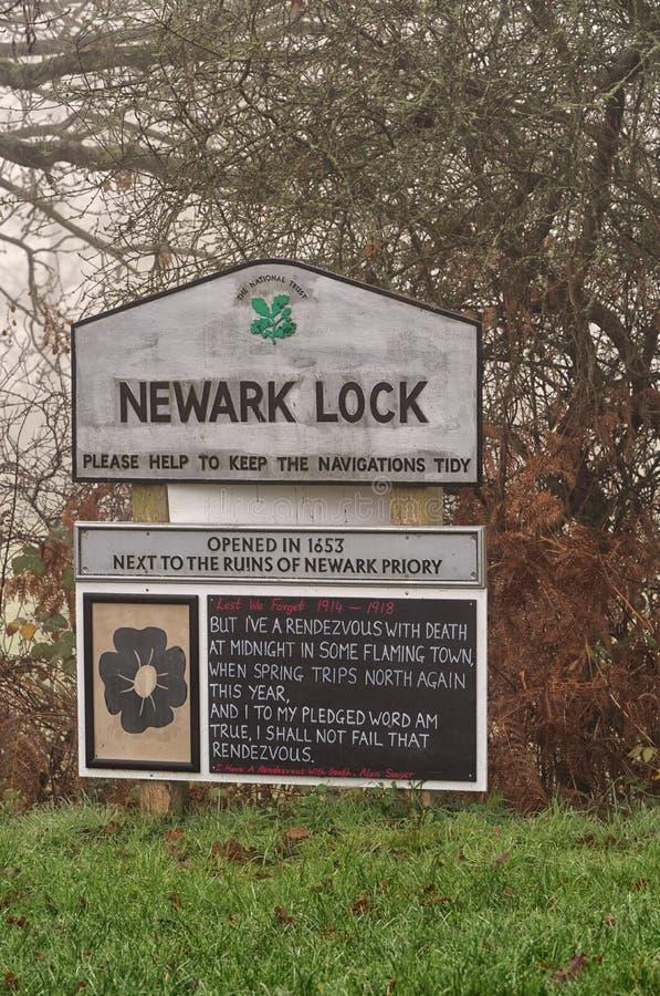 Newark kędziorka znak i wspominanie dnia wiersz Rzeczny Wey, Surrey zdjęcie stock