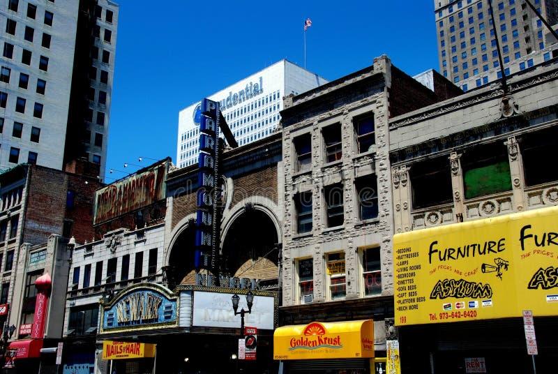 Newark, NJ: Lojas da rua larga e teatro de Newark imagem de stock royalty free