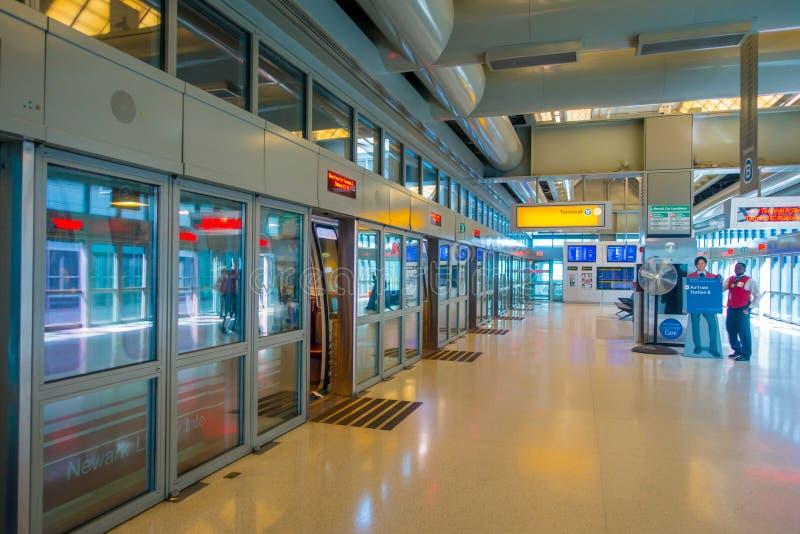 NEWARK, NJ - 16 OCTOBRE 2017 : Huttes vides de visa de révision sans des personnes dans la ligne dans l'aéroport international de images stock