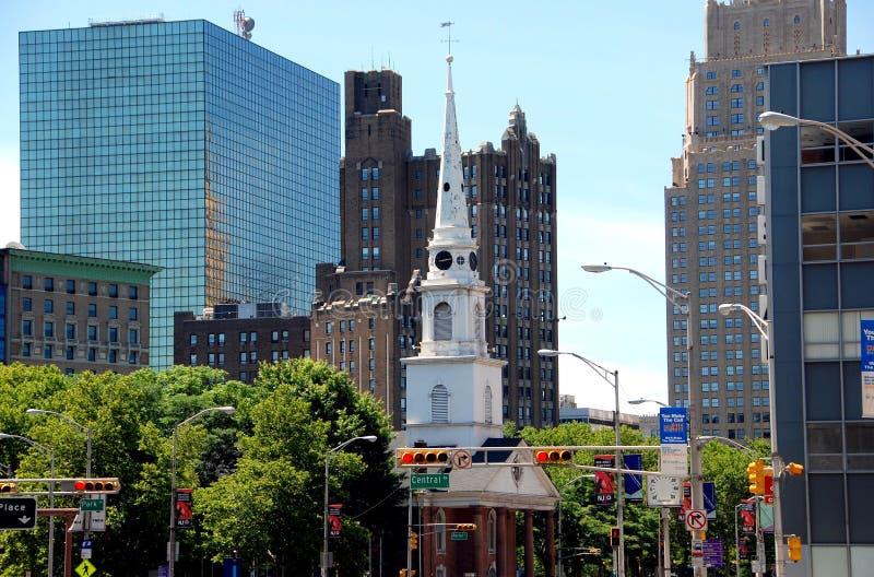Newark, NJ: Rua larga & igreja foto de stock