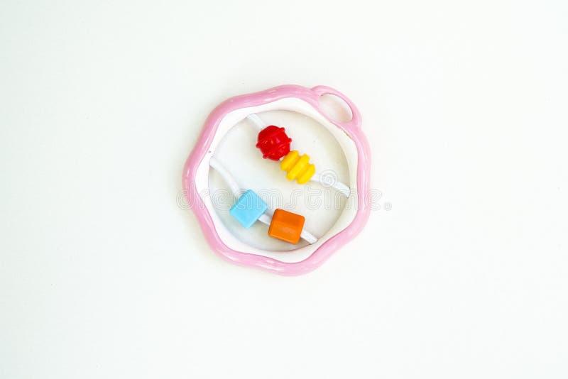 Newbor-Spielzeug Ein buntes Babygeklapper auf einem wei?en horizontalen Hintergrund stockbilder