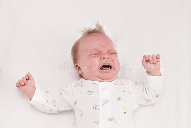 Newborm婴孩尖叫在出生之后 婴儿男孩哭泣 免版税库存照片