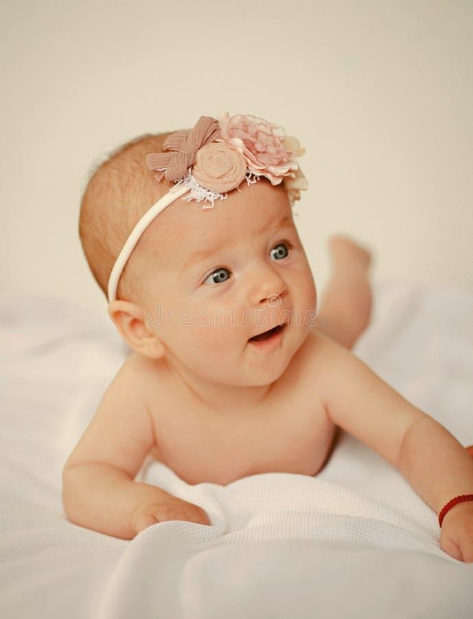 Newborn младенец бодрствующий Счастливое newborn в спальне Режим заботы младенца Выберите совершенное внутреннее решение для ваше стоковое изображение rf