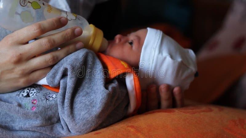 Newborn всасывая молоко бутылки сток-видео