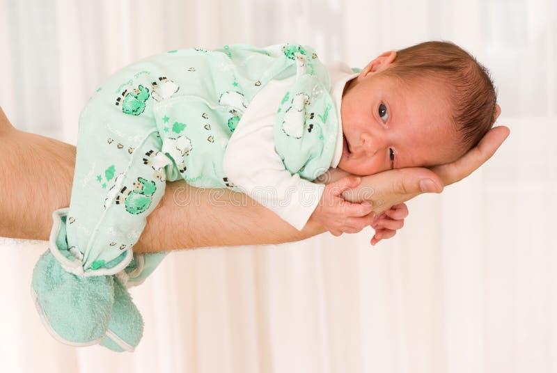Newborn лож на его руке стоковая фотография rf