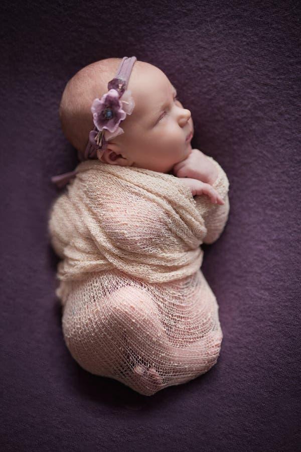 Newborn младенец на предпосылке, вашей заботе и любов самых важных для меньшего младенца стоковые фотографии rf