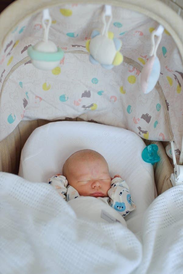 Newborn младенец в шпаргалке стоковое фото rf