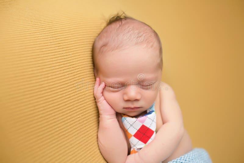 Newborn младенец спать на одеяле стоковое фото rf