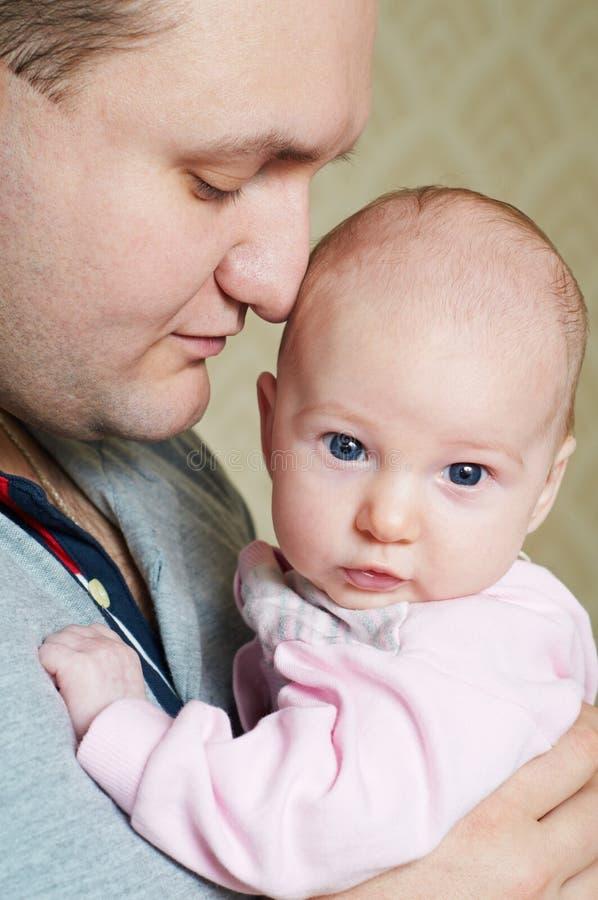 Newborn младенец с отцом стоковые фотографии rf